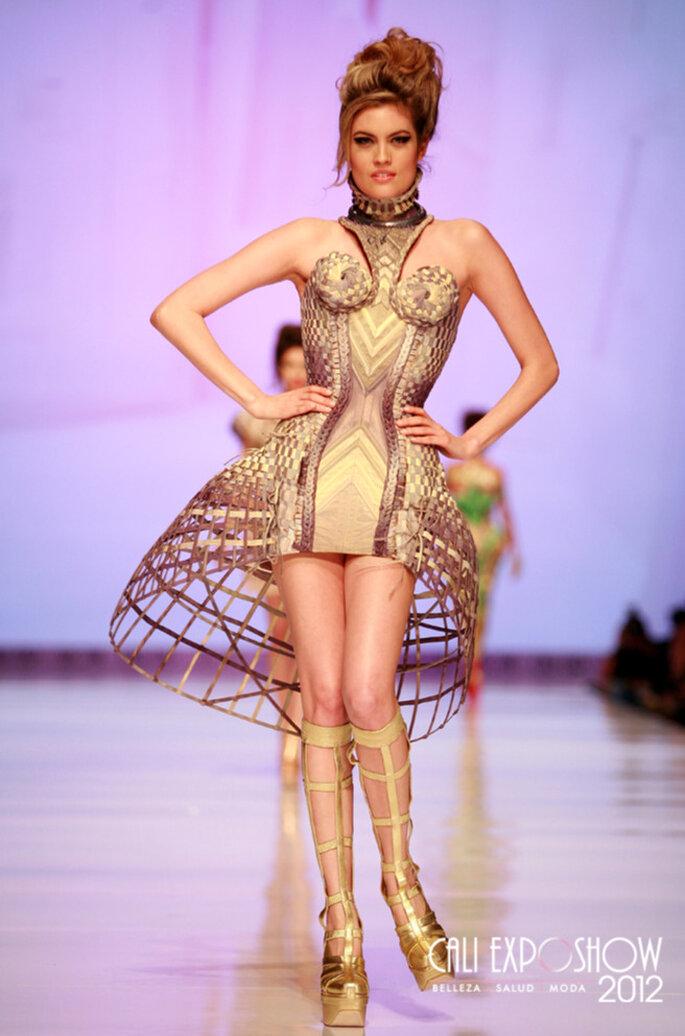 Corpetto e maxi gonna si tramutano in un vestito da sposa anticonvenzionale, ma con tocchi etnici. Foto: Cali Exposhow 2012
