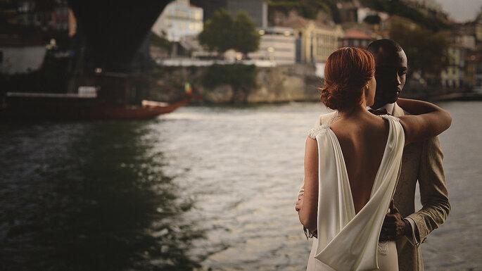 casal de costas ponte rio porto