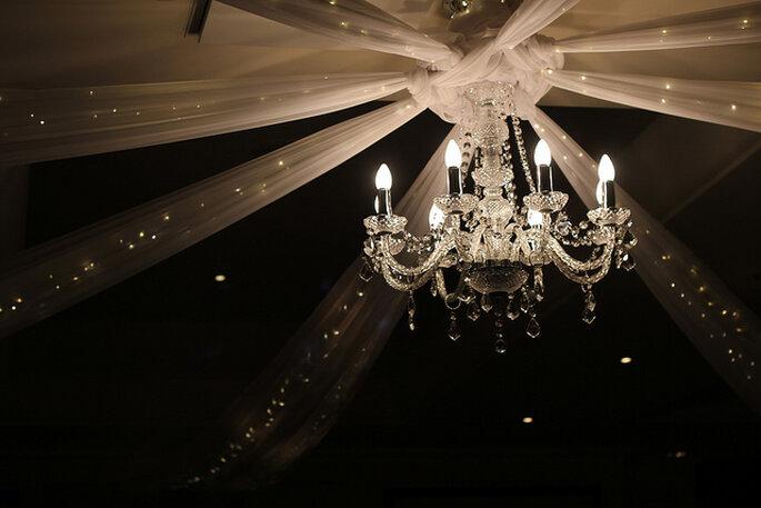 Lámpara elegante en la decoración de la boda. Foto: Simon