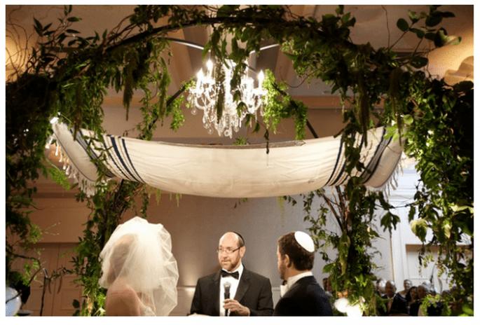 Decoración de boda con elegantes candelabros - Foto Desi Baytan Photography