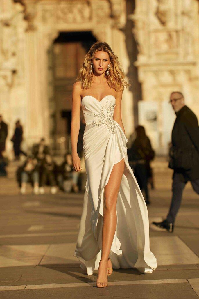 Vestidos de novia escote corazón y abertura profunda
