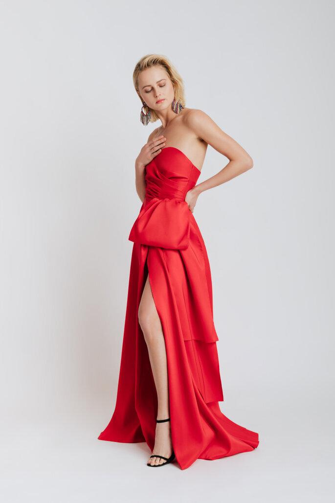 vestido con abertura en la falda para boda de día