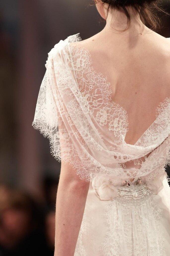 Vestido de novia con escote en la espalda descubierto y mangas cortas anchas - Foto Claire Pettibone