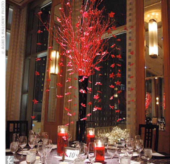Centro de mesa alto con follaje rojo