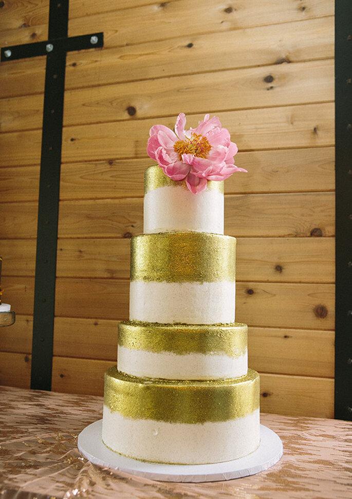 Pastel de bodas con detalles metalizados en color oro - Foto Brooke Schwab