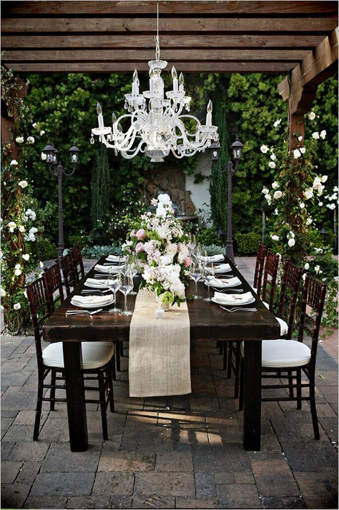Decoración de boda con elegantes candelabros - Foto Cory McCune