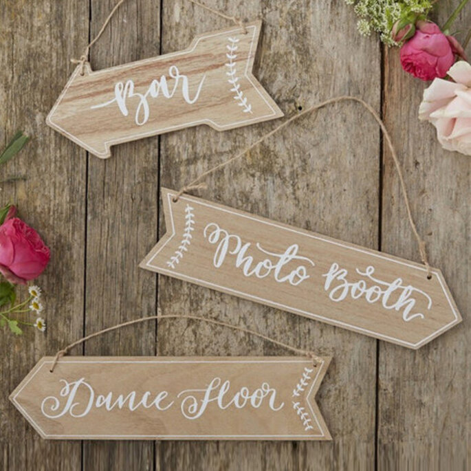 letrero para boda con señalizacion en forma de flecha