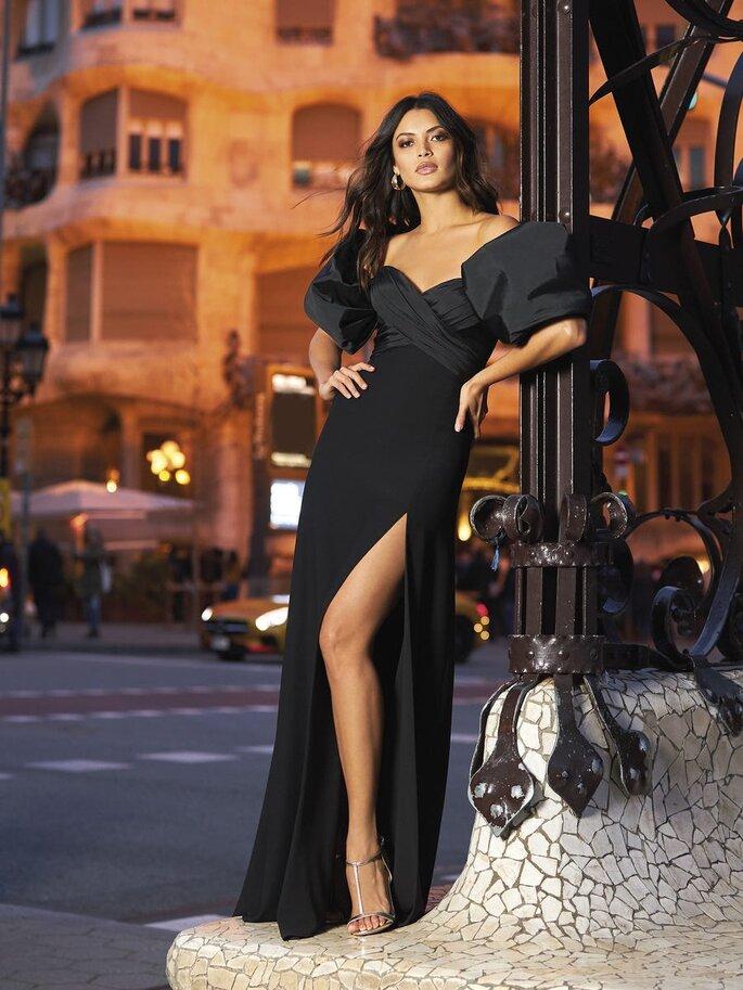 vestido de cerimónia preto comprido com grande racha e mangas balão Pronovias 2021