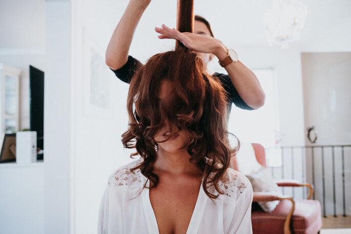 Extensions für Hochzeitsfrisuren mit langen Haaren, Braut beim Friseur