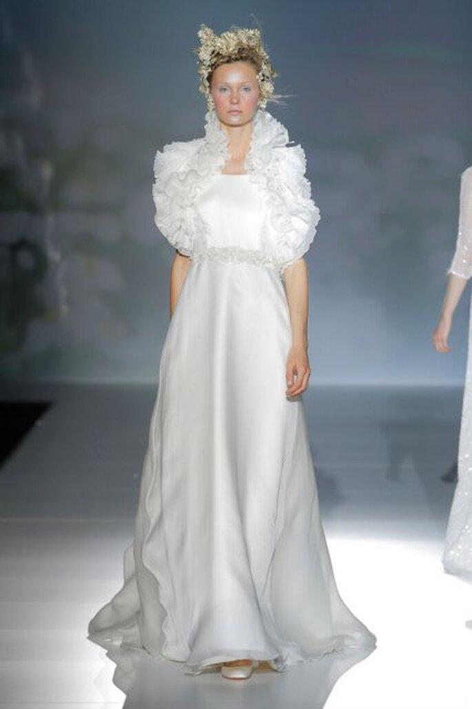 Vestido de novia con volantes en el cuello de Victorio & Lucchino 2014