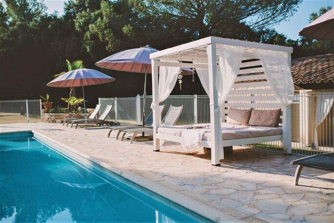 Une terrasse aménagée avec une piscine en Provence où des mariés peuvent faire leur cocktail ou leur vin d'honneur