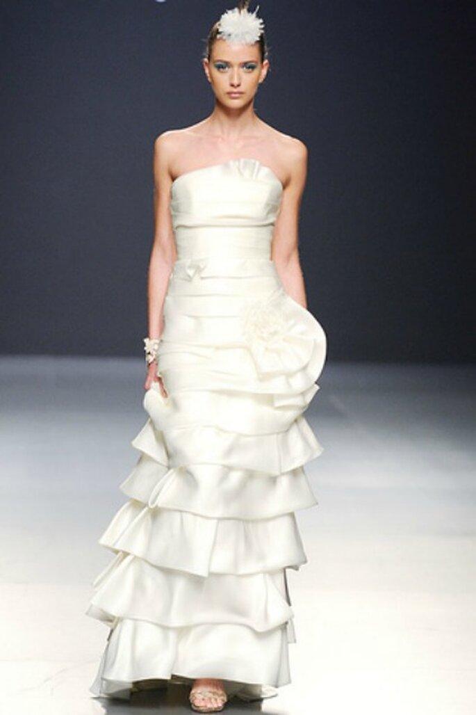 Diferentes cortes en forma de volantes en los vestidos de novia Franco Quintáns 2012 - Tomy Pelluz / Vogue