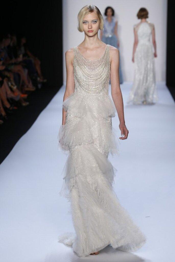 Vestido de novia en color blanco estilo Gatsby con falda capeada - Foto Badgley Mischka