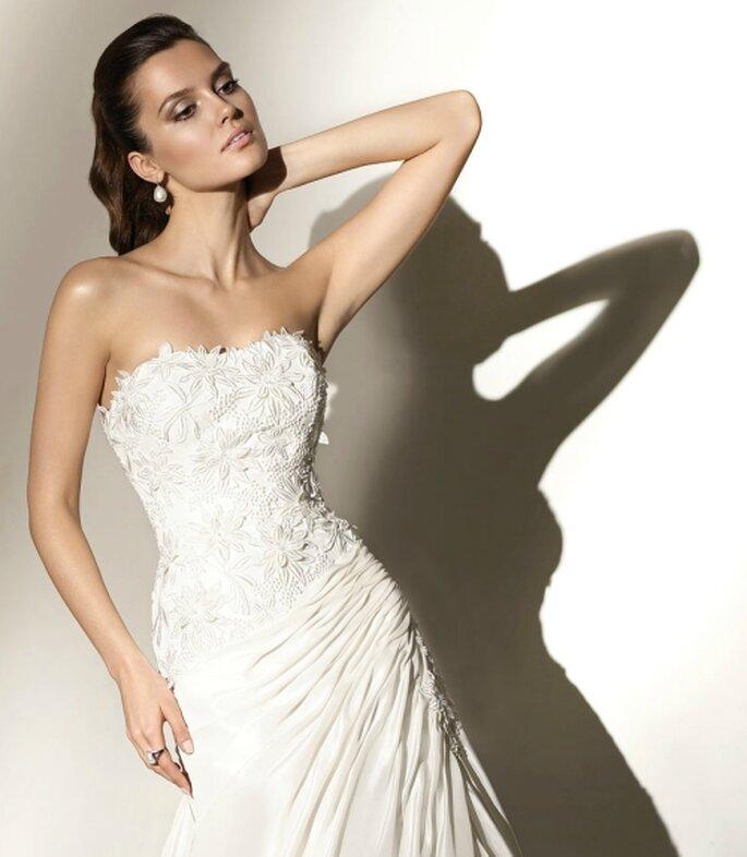 Vestido de novia con apliques florales en corsé strapless. Pepe Botella