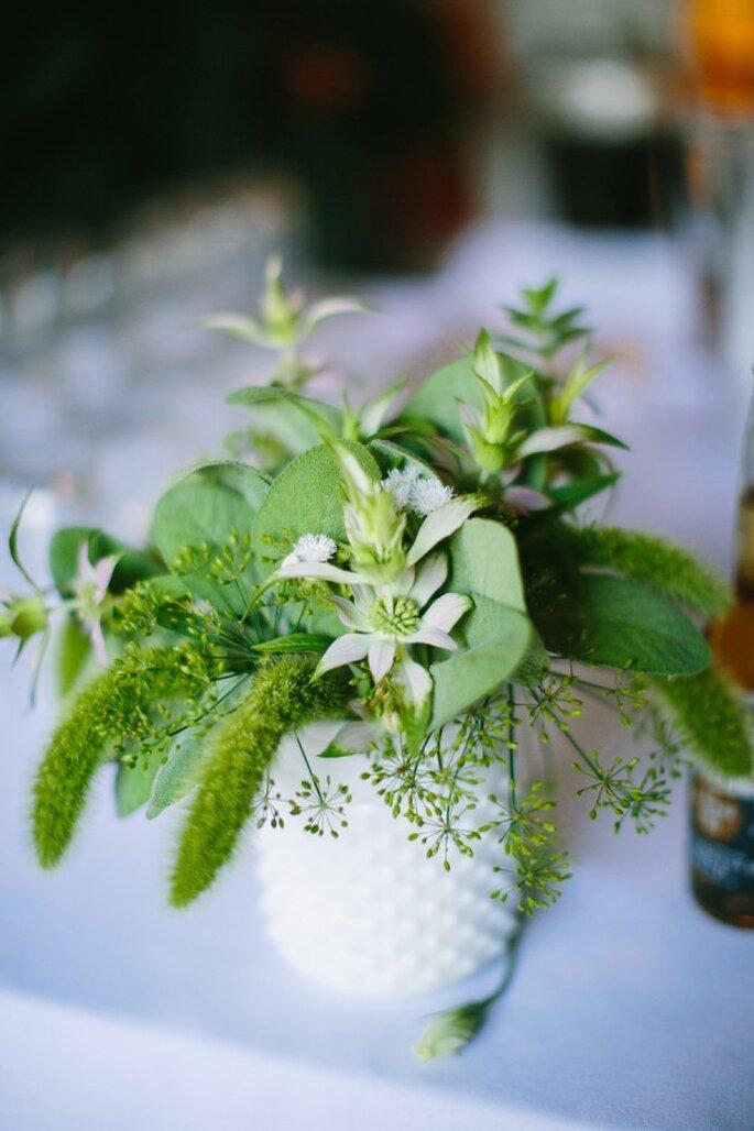 El color verde como aliado imperdible en la decoración de tu boda - Foto Lisa Rigby Photography