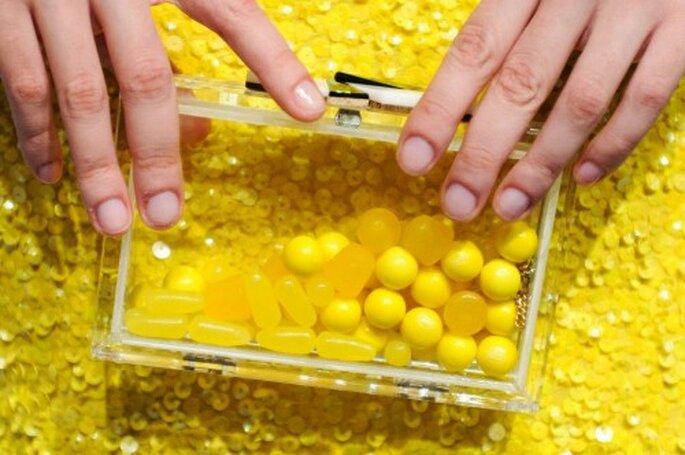 Clutch amarillo transparente - Foto Alice + Olivia