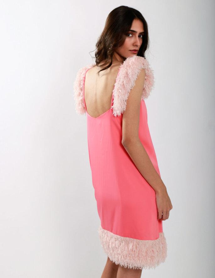 vestido corto rosa con plumas