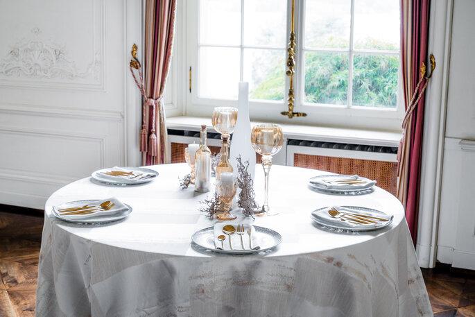 Tablecloth Hire weiss-goldene Tischdekoration Hochzeit