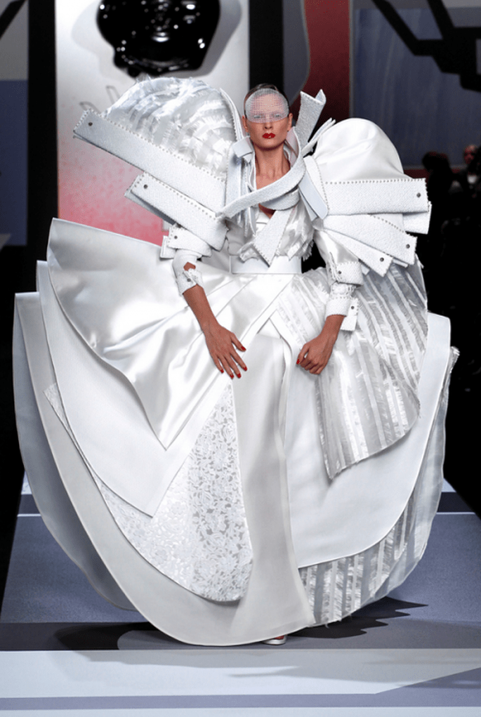 Vestido de novia extravagante en color blanco con detalles de volúmenes y relieves - Foto Viktor & Rolf
