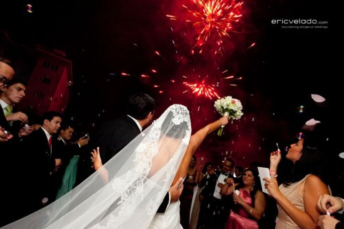 Show de fuegos artificiales al finalizar una boda de noche - Foto Eric Velado