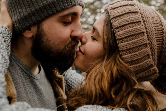 sich küssendes Brautpaar