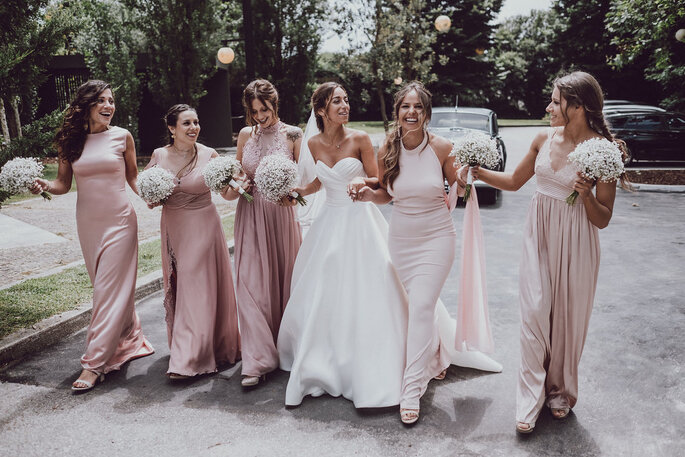 a noiva e as damas de honor vestida de igual