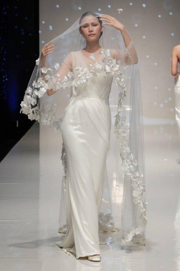 Vestido de novia 2014 en color blanco con escote ilusión, mangas largas con transparencias y falda con plisados discretos - Foto Elizabeth Stuart