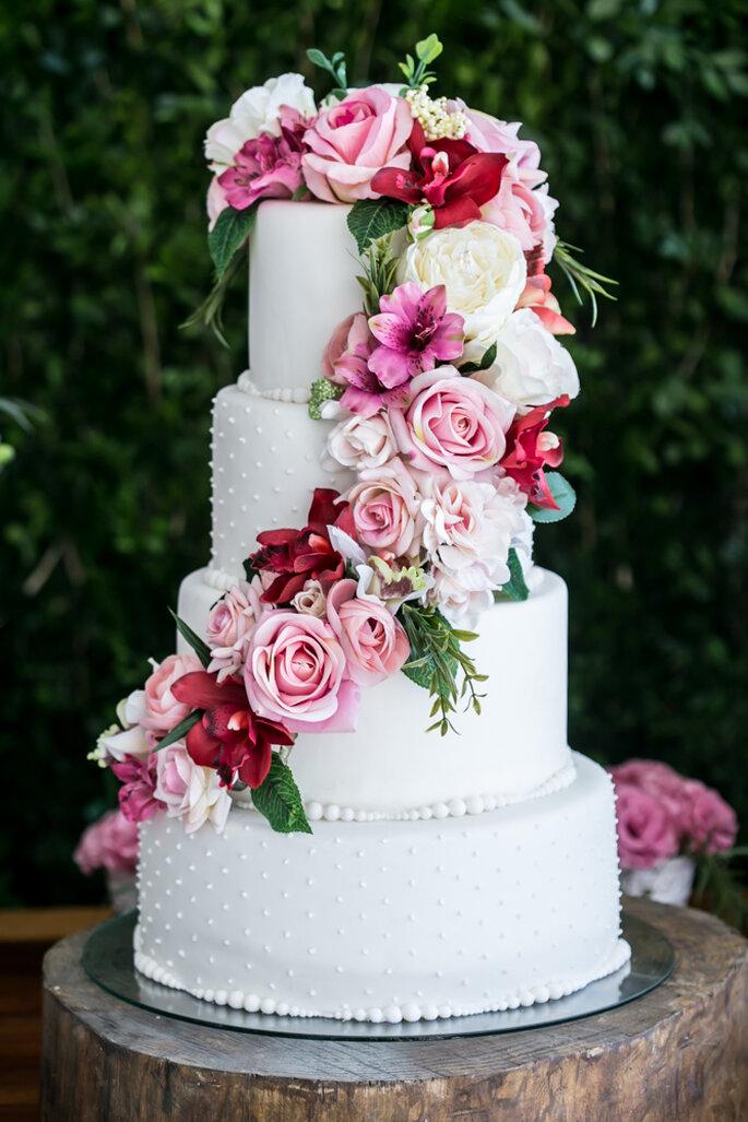 Bolo branco com flores em tons de rosa