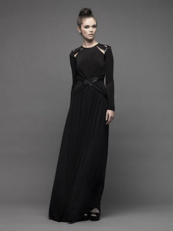 Vestido de fiesta largo en color negro con cut offs en los hombros y mangas largas - Foto Catherine Deane