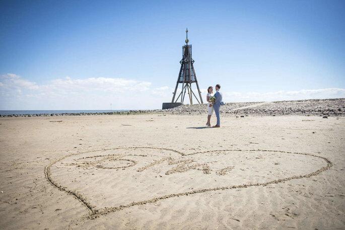 Hochzeitsfotograf. Brautpaar am Strand von Cuxhaven