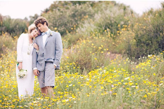 El novio también debe estar impecable y guapo el día de la boda. Foto vía Green Wedding Shoes