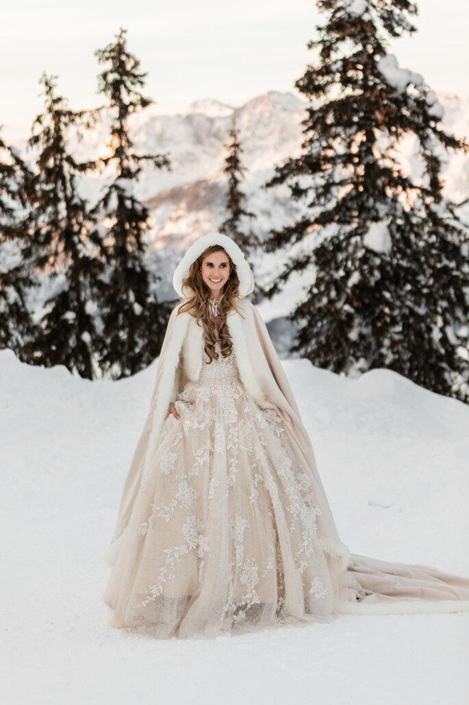 Hochzeitsfotos. Braut im Schnee, kompletter Look mit Jacke