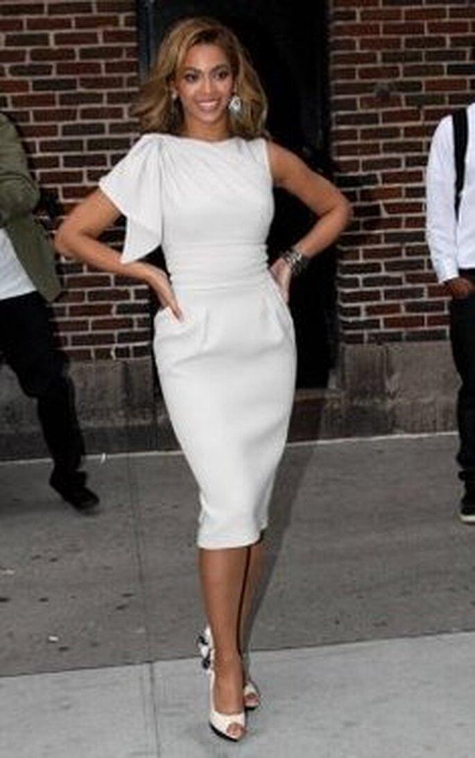 Beyoncé en un elegante vestido blanco, zapatos con detalles negros