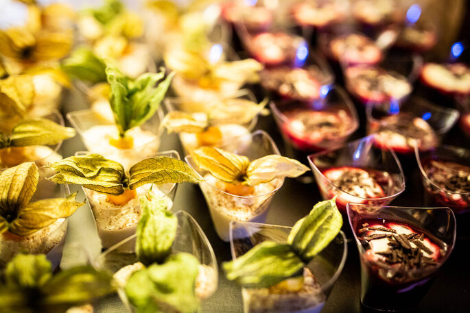 Verschiedene Süße Desserts auf einem Tablett.