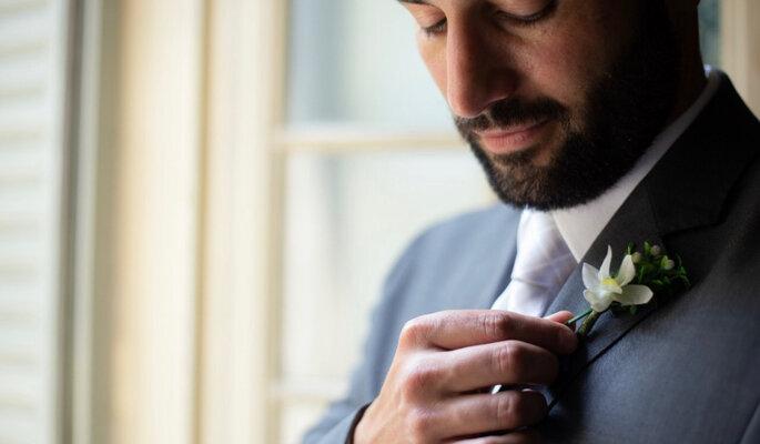 Noivo posa com a lapela criada pela Boutonniere Lapelas