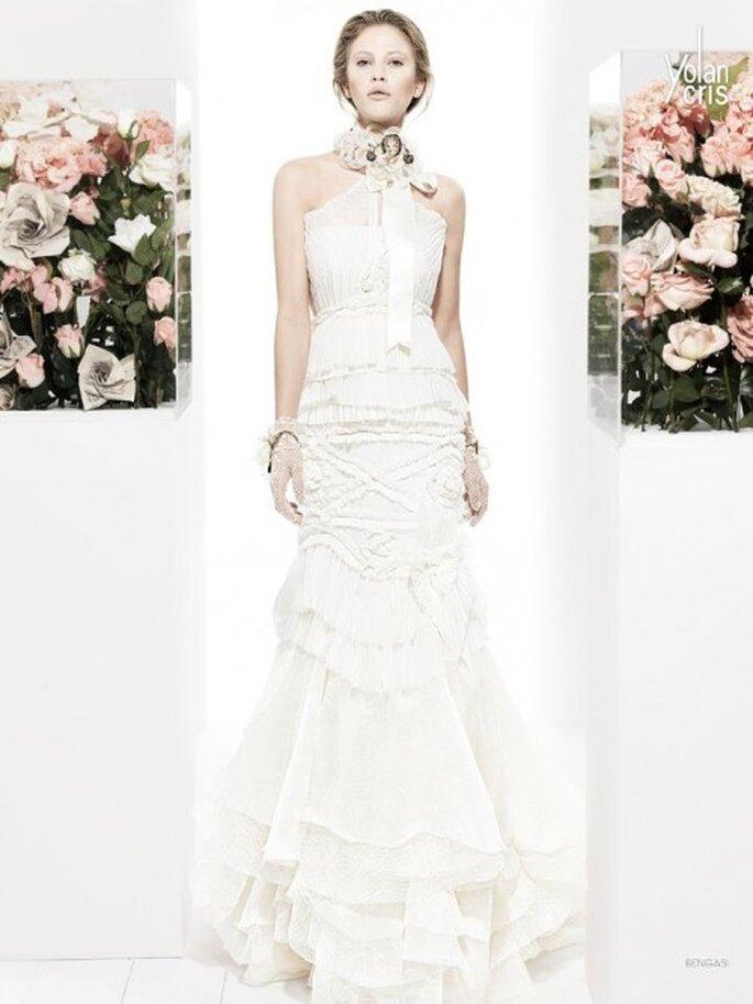 Vestidos de novia largo con relieves y accesorios en el cuello - Foto YolanCris