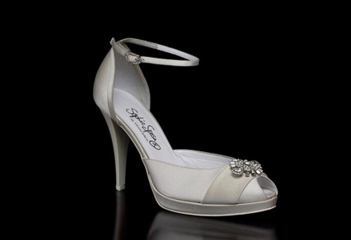 Zapato de novia modelo Gina by Francesco. Punta abierta y detalle de aplique en strass al frente. Talón cerrado y tacón de 10 cm