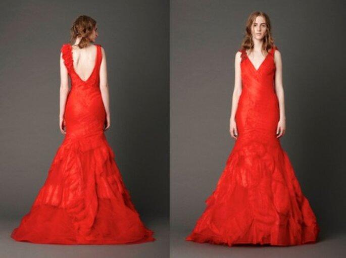 Vestido de novia rojo con la espalda abierta y detalles en los hombros - Foto: Vera Wang blog