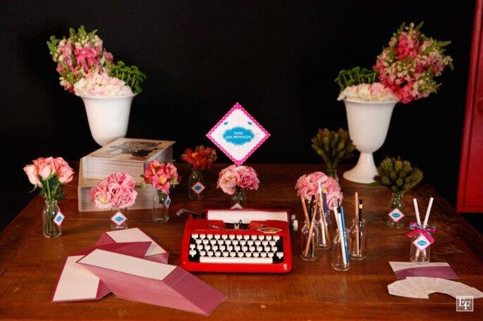 Decorazione da tavola: una macchina da scrivere per permettere agli ospiti di lasciare dolci messaggi ai fidanzati. Foto: Edu Federice