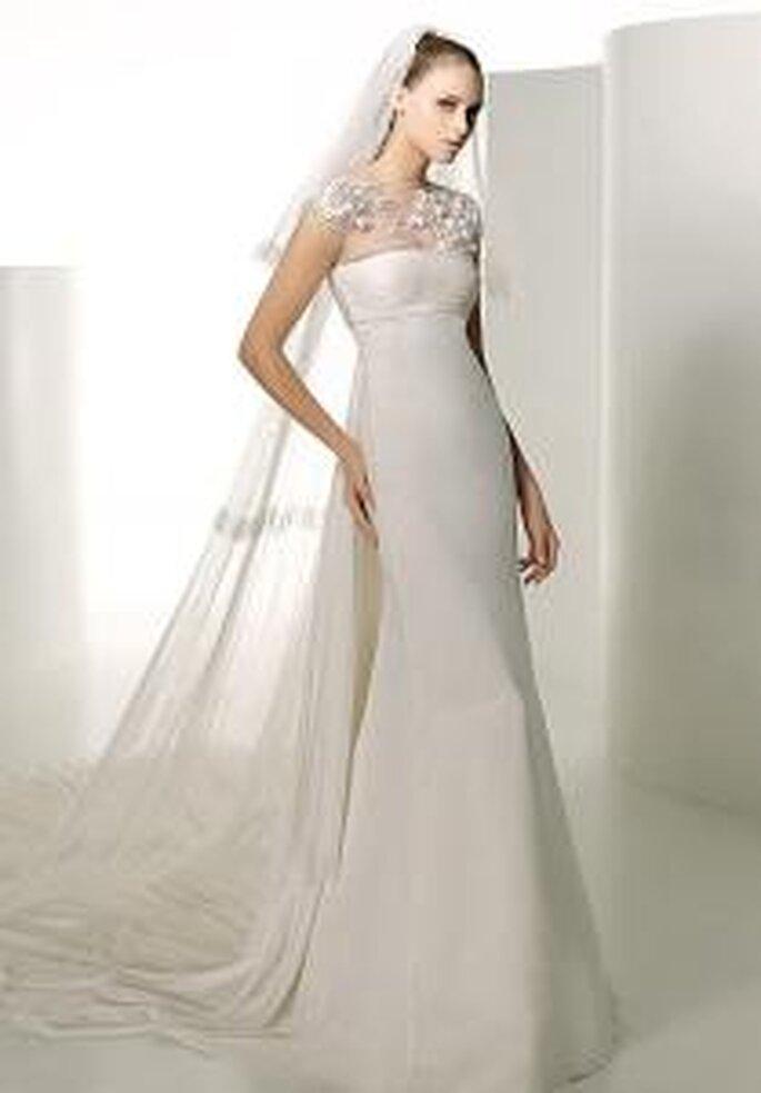 Valentino 2009 - Indus, robe longue de lignes pareils à sirène, en soies, détails floraux sur le cou