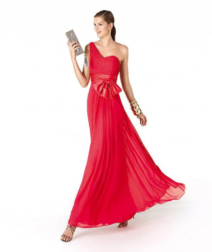 Vestido de fiesta para damas de boda en color rojo coral con escote asimétrico - Foto La Sposa
