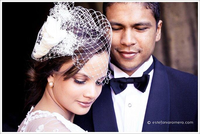 El tocado es un elemento clave en tu boda vintage. Foto de Estefania Romero.