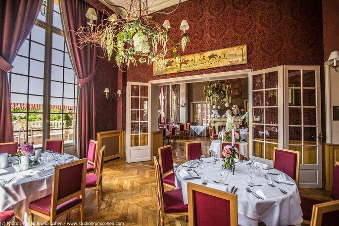 Salle de réception du Château de la Tour, très élégante et raffinée, offrant une vue sur les jardins verdoyants de la propriété.