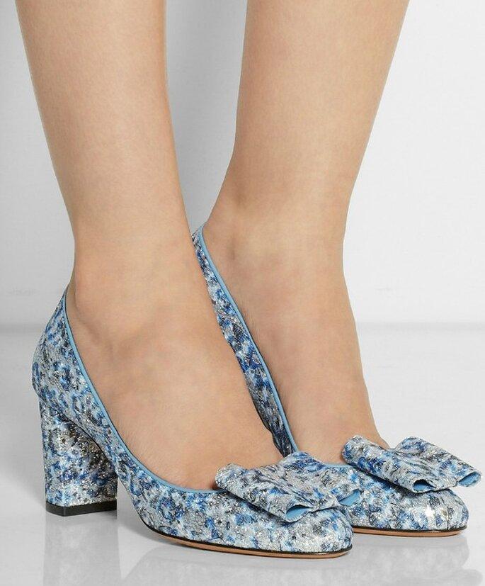 Zapatos en azul y plata metalizada, de Bruno Magli.