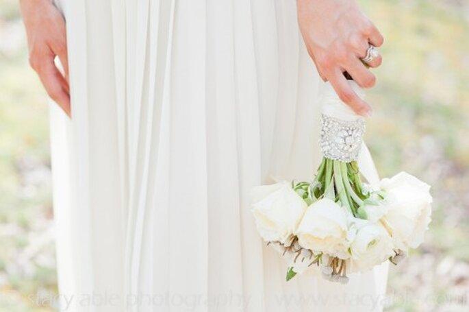 Schlichte Stoffe und Accessoires passen zur Hippie-Hochzeit – Foto: Emily Riggs Bridal
