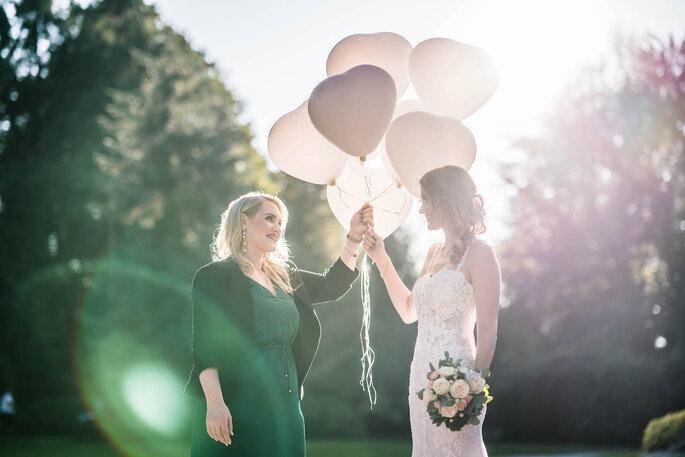 Liebevolle Momente zwischen Hochzeitsplanerin herzKLOPFEN und einer Braut
