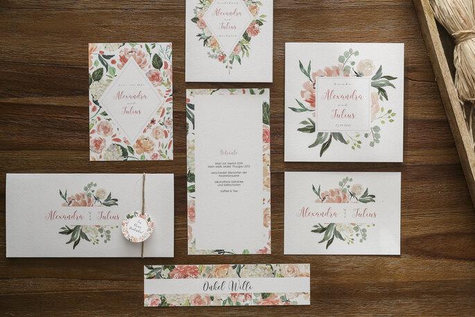 Papeterie für eine Hochzeit liegt auf dem tisch