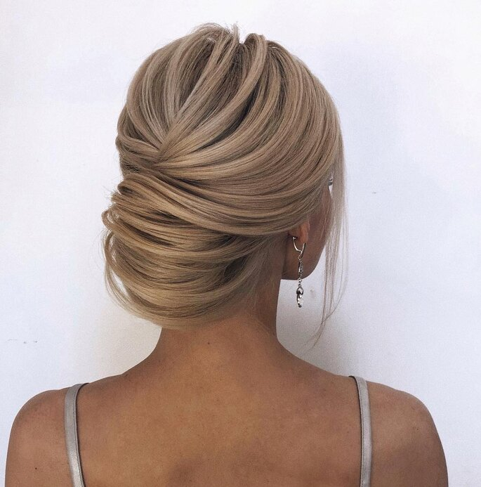 Peinado para dama de honor elegante con recogido medio