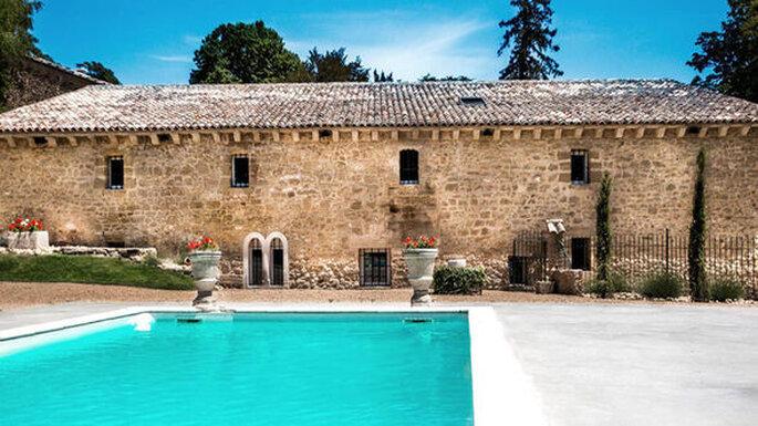 Un lieu de réception authentique et provençal pour votre mariage avec une piscine extérieur et un bel espace pool house