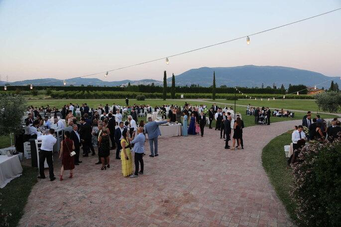 Hotel Spa & Golf Valle di Assisi - invitati che festeggiano all'aperto